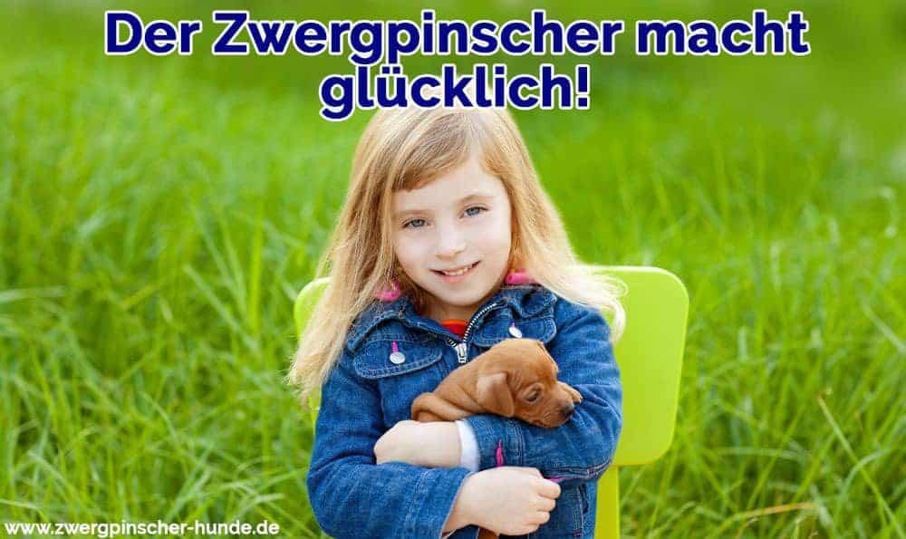 Ein Mädchen umarmt den Zwergpinscher